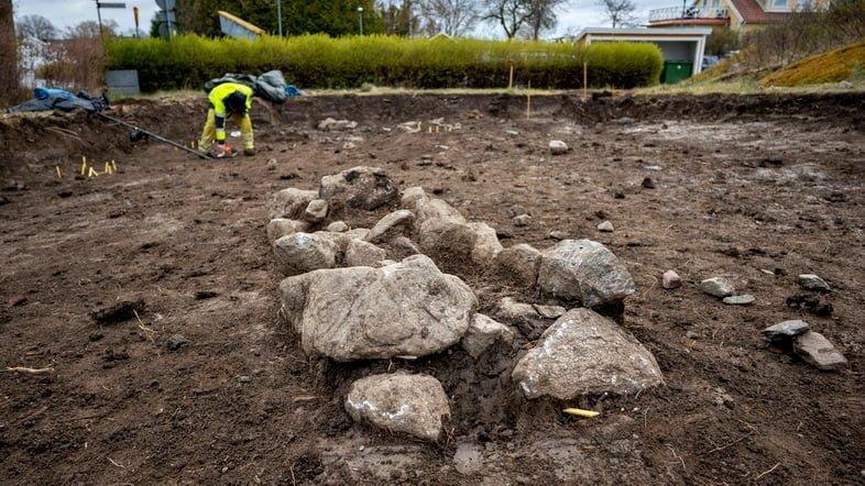 Над могилой были найдены остатки каменной пирамиды из камней