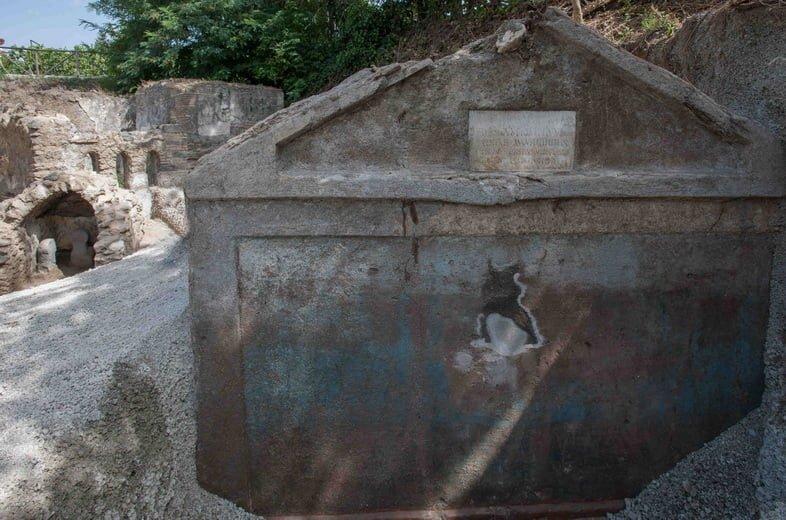 Каменная гробница Марка Венерия Секундио в некрополисе Порта Сарно