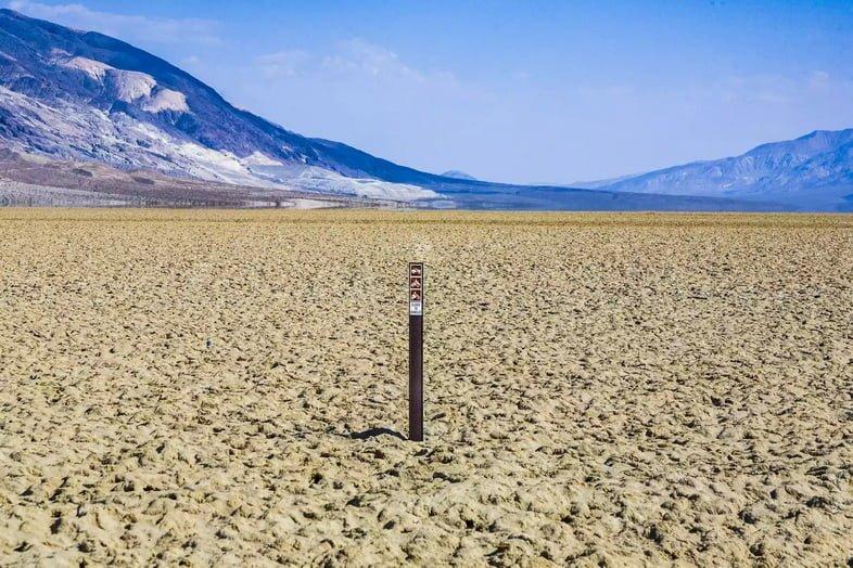 Высохшее озеро с табличкой посередине