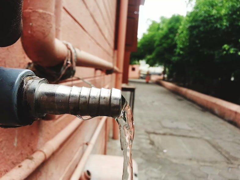 Крупный план текущей воды из трубы без крана