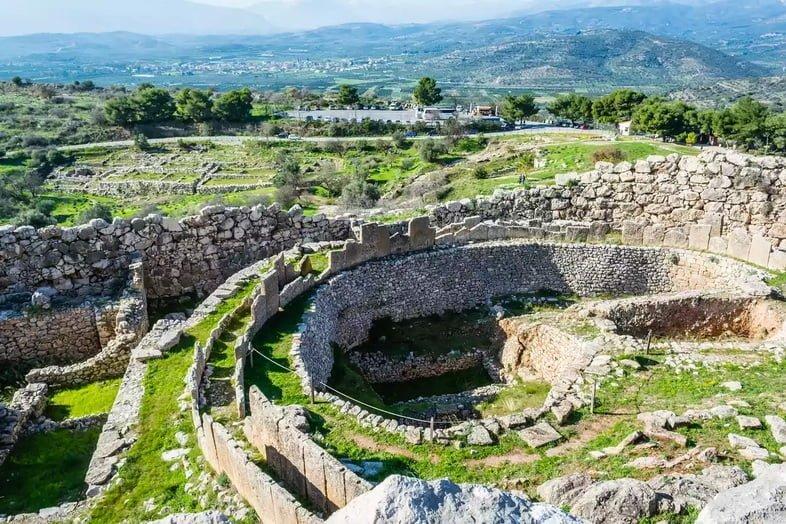 Вид на древние руины Микены и зеленый холм города, Аргос, Греция