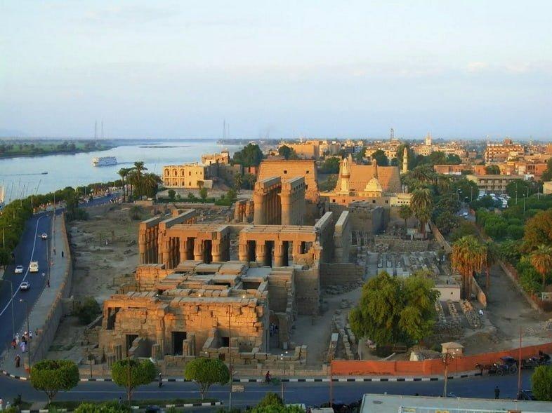 Высокий угол обзора Луксорского храма и реки Нил