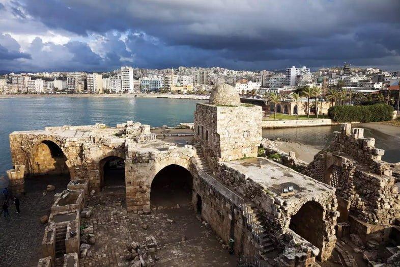 Древние руины Сидонской крепости, а вдалеке находится город Сайда, Ливан
