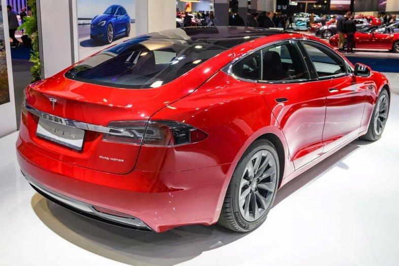 Электрический седан Tesla Model S с двумя двигателями