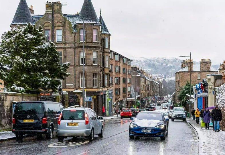 Электромобиль со снегом на капоте в Эдинбурге, Шотландия