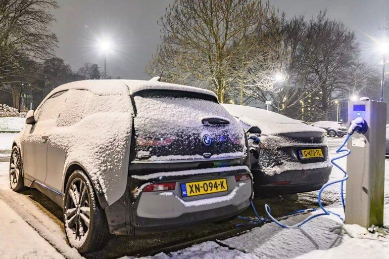 Зарядка электромобилей в снегу в Зволле, Нидерланды